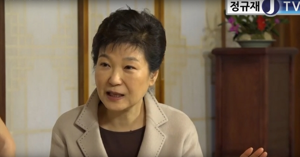 25일 정규재 한국경제신문 주필과 인터뷰하고 있는 박근혜 대통령. [사진제공=정규재TV]