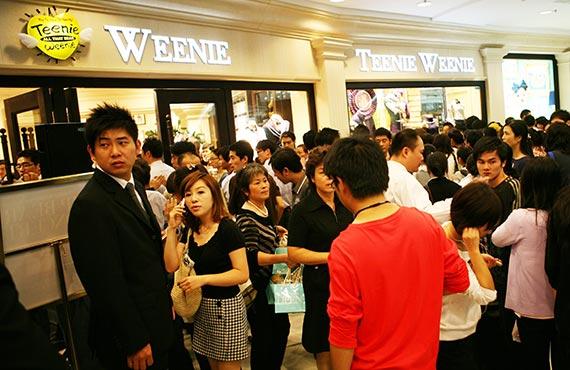 중국 상하이(上海)의 대형 쇼핑몰 '강후이(港匯) 플라자' 에 있는 이랜드 티니위니 매장. 한국보다 값이 2~3배 비싼데도 제품을 사려는 중국인들로 늘 붐빈다. 이랜드는 국내 패션 업계에서 최대 금액인 약 8770억원을 받고 티니위니를 매각했다. [사진 이랜드그룹]