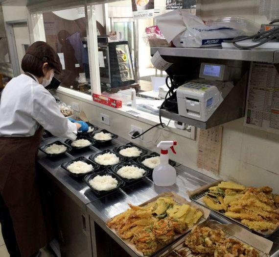 도쿄 시나가와구에 있는 편의점 로손 매장. 매장 안에서 직접 조리한 도시락과 야채튀김을 판매하고 있다. [니혼게이자이신문]