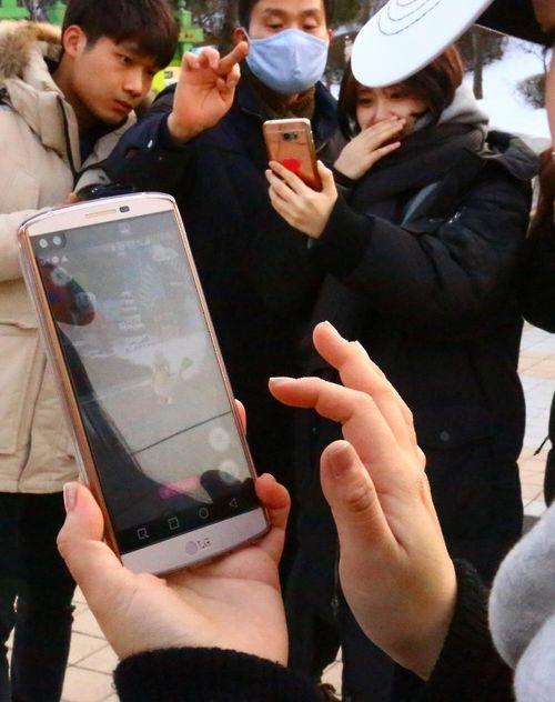 대전 오월드에서 포켓몬고 게임을 즐기는 동호인들. [사진 대전도시공사]