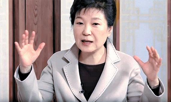 박근혜 대통령은 25일 청와대에서 정규재 한국경제신문 주필과 인터뷰를 하고, '최순실 국정 농단 사태'와 관련해 음모론을 제기했다. [사진 유튜브 캡처]