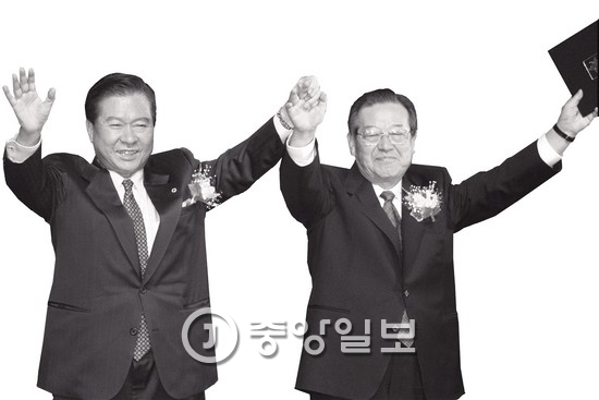 1997년 15대 대통령에 당선된 김대중 전 대통령(왼쪽). 오른쪽은 김종필 전 국무총리. [중앙포토]
