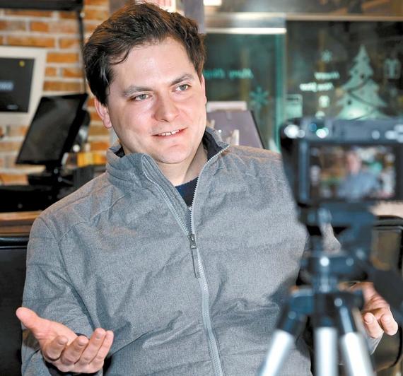 빈 카페에서 동영상 촬영 중인 마이클. 최근 제작물엔 'SINCE 2010' 마크를 붙인다. 무료 동영상 강의 선구자로 7년 지속했다는 자부심이 크다. 조문규 기자