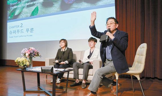 푸룬 건강토크쇼에서 진행자 이홍렬씨가 객석에서 질문을 받고 있다. 왼쪽부터 정심교 기자, 정지훈 가정의학 전문의, 방송인 이홍렬씨. 프리랜서 조상희