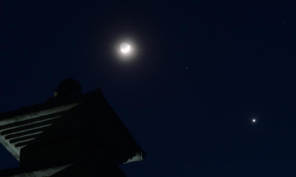 1일 밤 강원도 원주시 부론면 거돈사지삼층석탑위로 달ㆍ화성ㆍ금성이 일렬로 늘어서 있다.주기중 기자
