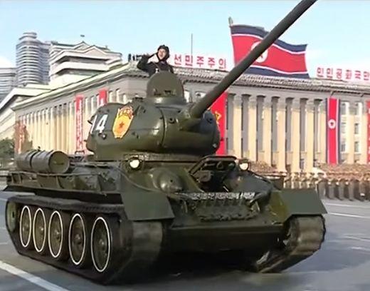 북한 당창건 70주년 기념 열병식에서 T-34 전차는 `근위서울` 칭호를 포탑에 붙이고 행진하고 있다. [사진 조선중앙TV]