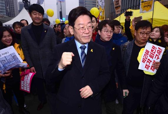 촛불집회가 열리는 4일 서울 광화문광장을 찾은 이재명 성남시장이 시민들과 인사를 나누고 있다. [뉴시스]