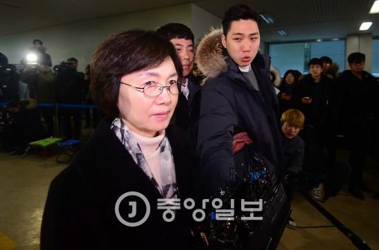 특검팀은 최경희(사진) 전 이화여대 총장이 정유라씨 입학 특혜를 지시한 것으로 보고 있다. 하지만 법원은 최 전 총장에 대한 구속영장을 기각했다. [중앙포토]