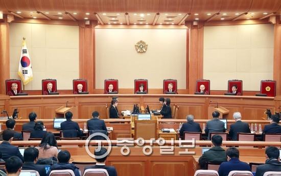 박한철 전 헌법재판소장이 지난달 31일 퇴임하면서 재판관 수는 8명이 됐다. 소장 권한대행을 맡은 이정미 재판관의 임기는 다음달 13일까지다. [중앙포토]