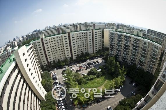 아파트 매매 중위가격이 지난해 2월 이후 11개월 만에 하락했다. 사진은 서울 강남 압구정동의 한 아파트 단지. [중앙포토]