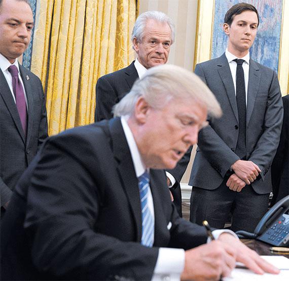 피터 나바로 미국 국가무역위원회(NTC) 위원장(뒷줄 왼쪽)이 지켜보는 가운데 도널드 트럼프 대통령이 지난달 23일(현지시간) 환태평양경제동반자협정(TPP)에서 탈퇴하겠다는 내용을 담은 행정명령에 서명하고 있다. 나바로 위원장 옆은 트럼프 대통령의 사위이자 백악관 선임고문인 재러드 쿠슈너. [AP=뉴시스]