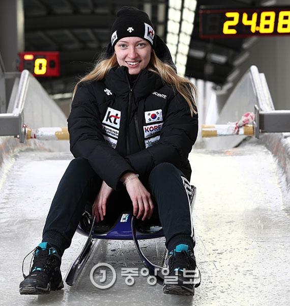 """독일에서 귀화한 루지 국가대표 아일린 프리쉐는 """"운동선수에게 올림피언이 되는 건 꿈""""이라고 했다. 이제 한국에서 그 꿈을 이루겠다는 각오다. [평창=김현동 기자]"""