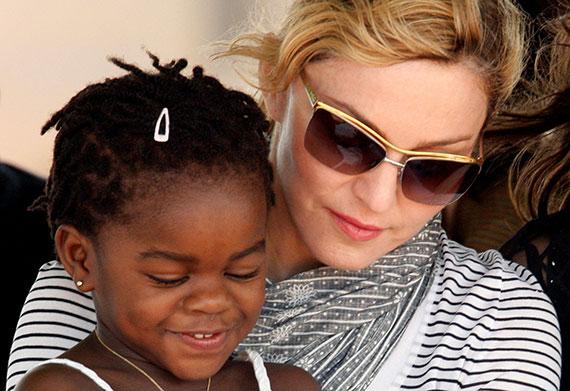 최근 쌍둥이 여아를 입양한 마돈나와 그가 2009년 입양한 아이 머시 제임스. [로이터=뉴스1]