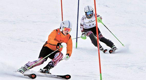시각장애인 스키 국가대표 양재림(오른쪽)이 8일 장애인 겨울체전 알파인 스키 회전 경기에서 가이드 고운소리와 슬로프를 내려오고 있다. [사진 대한장애인체육회]