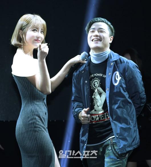 가수 홍진영(왼쪽)과 아웃사이더 [사진 일간스포츠]
