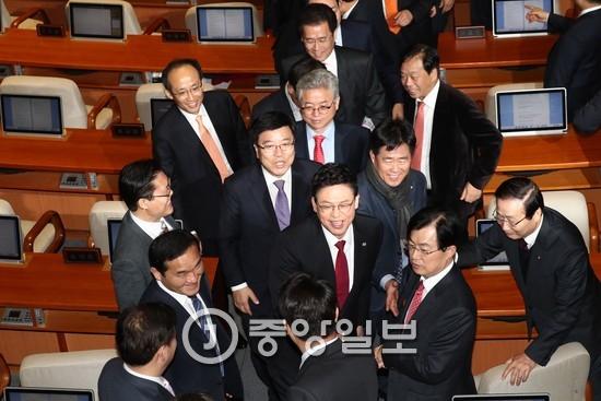 국회 본회의장에 모인 새누리당 의원들 [중앙포토]