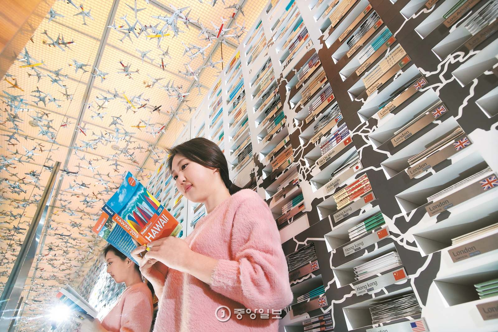 여행서적은 소중한 여행 친구다. 여행 에세이를 읽으며 언젠가 떠날 꿈을 꾸고, 가이드북을 옆구리에 끼고 낯선 도시의 골목을 누빈다. 서울 청담동 트래블 라이브러리 같은 곳을 찾아 책 여행을 떠나기도 한다.
