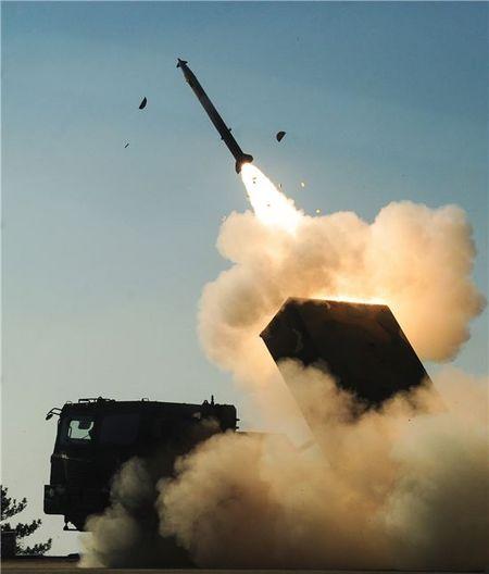 육군의 차기 다련장 로켓 'K-239'은 국내에서 개발했다. '천무'로 불리며 기존에 운용하던 '구룡'(K-136) 보다 사거리와 정확도가 상당히 개선되었다. [사진 한화]