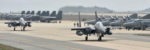 지난해 한미공군의 대규모 항공전역훈련인 맥스썬더 훈련에 참가한 공군 F-15K 전투기가 이륙 전 활주하고 있다. [사진 공군]