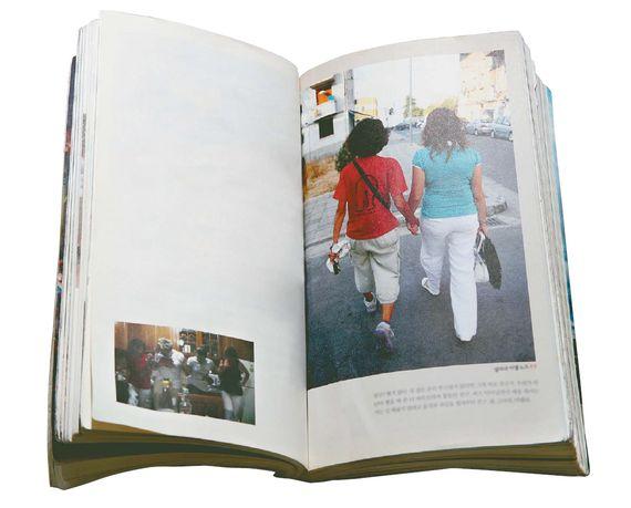 『엄마, 결국은 해피엔딩이야』의 주인공이자 저자의 어머니인 한동익씨가 알바니아 여행 중 현지인과 손잡고 걷고 있다.