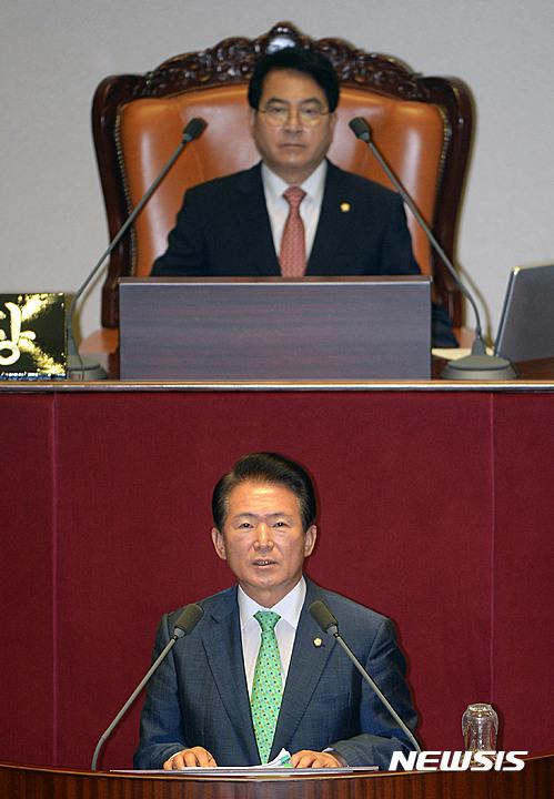 지난 7월 국회 본회의장에서 대정부 질문하는 김한표 의원(아래).