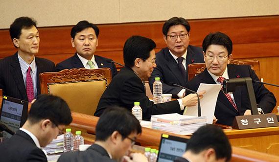 박근혜 대통령 탄핵심판 3차 변론에서 국회 측 황정근(사진 앞줄 왼쪽) 변호사가 탄핵소추위원장인 권성동 의원과 증인신문 전략을 논의하고 있다.