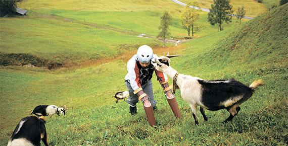 """스위스 알프스 초원을 힘겹게 오르고 있는 토머스 트웨이츠에게 염소 한 마리가 다가와 친구처럼 대하고 있다. 트웨이츠는 """"진짜 염소가 된 듯한 기분이었다. 내 인생 최고의 순간이었다. 지금도 그 염소가 나를 생각하는지 궁금하다""""고 말했다. [사진 책세상]"""