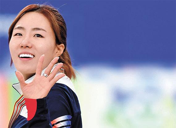강릉에서 열린 스피드스케이팅 종목별 세계선수권대회 여자 500m에서 은메달을 차지한 '빙상여제' 이상화가 환한 미소로 관중에게 인사하고 있다. [강릉=뉴시스]