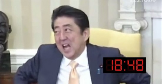 도널드 트럼프 미국 대통령과 18.48초의 악수를 마친 뒤 놀란 표정을 짓는 아베 신조 일본 총리 [사진 Daily Show 영상 캡처]