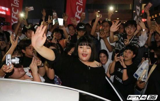 먹방 BJ 양수빈이 태국 팬들과 인사하는 모습 [사진 양수빈 페이스북]