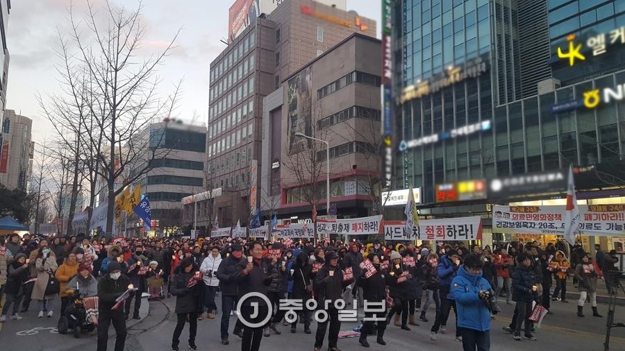 대전 시민들이 촛불집회에서 우리소리 '아우성'의 촛불 지신밟기 공연에 맞춰 촛불을 흔들고 있다. 신진호 기자
