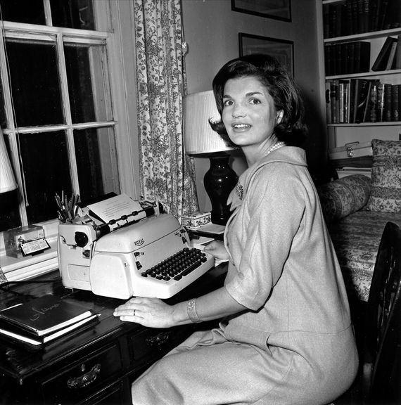 1960년 대선 후보인 남편 케네디 지지를 호소하는 글을 쓰고 있는 재클린.