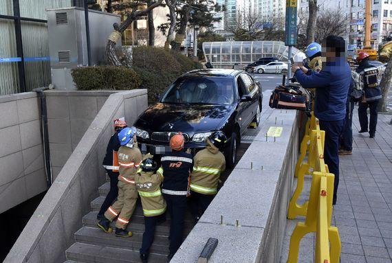 마포소방서 소방대원들이 지난 11일 오후 서울 마포구 공덕역 3번 출구에서 건물 주차장 입구로 착각,지하철 계단으로 진입한 차량 견인작업을 하고 있다.[사진 마포소방서]