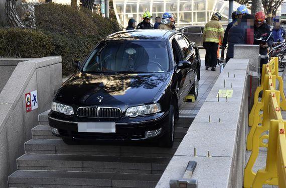 지난 11일 오후 서울 마포구 공덕역 3번 출구에서 건물 주차장 입구로 착각해 지하철 계단으로 진입한 차량이 운전자 구조 후 계단에 세워져 있다.[사진 마포소방서]