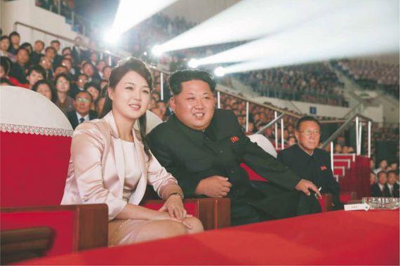 김정은 북한 노동당 위원장과 부인 이설주가 지난해 5월 당창건 70주년 공훈국가합창단과 모란봉악단 공연을 관람하고 있다. [노동신문]