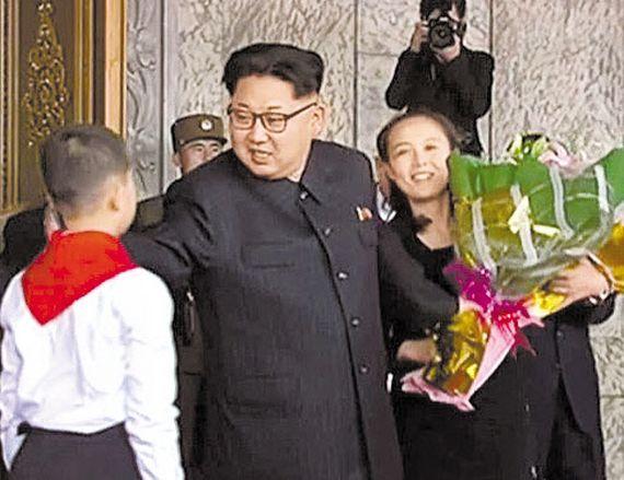당창건 70주년 기념 열병식에 앞서 김정은 북한 노동당 위원장이 받은 꽃다발을 챙기는 김여정의 모습. [조선중앙TV 캡처]