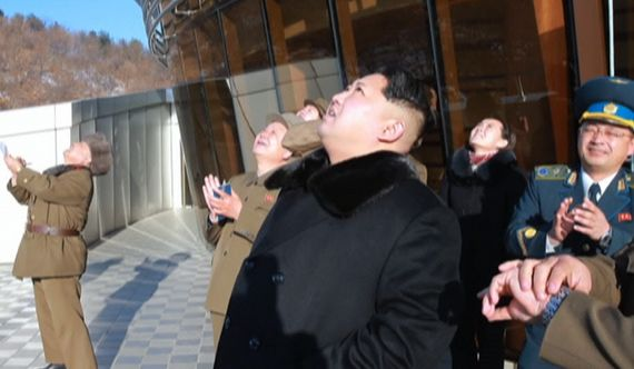 김정은 북한 노동당 위원장이 김여정(김정일 우측)과 지난해 2월 광명성 4호 발사 장면을 지켜보고 있다. [조선중앙TV 캡처]