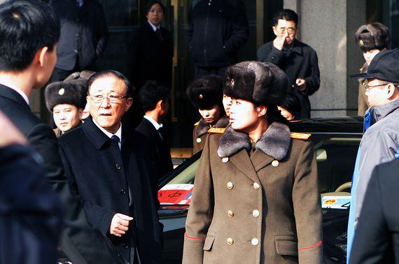 모란봉악단이 2015년 12월 중국 공연을 위해 베이징을 방문했다. 당시 지재룡 주중 북한대사(왼쪽)와 현송월 단장(오른쪽)이 숙소인 민쭈호텔을 나서며 심각한 표정으로 주위를 살피고 있다. [사진제공=이매진차이나]