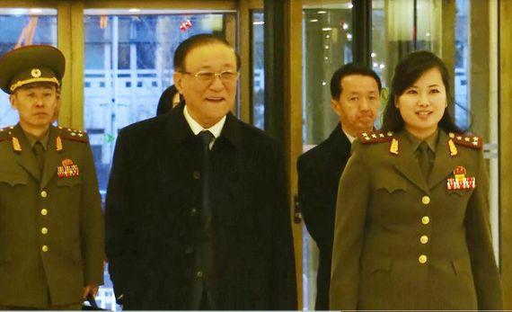 2015년 12월 베이징 민쭈호텔 로비에서 포착된 현송월(오른쪽) 모란봉악단 단장의 모습. [중앙포토]