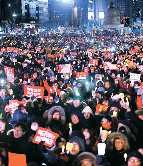 탄핵 찬성 '촛불집회'가 11일 오후 서울 도심에서 열렸다. 광화문광장의 촛불집회에서는 일부 참가자가 '이석기 석방하라'는 글귀가 적혀 있는 플래카드를 들었다. [뉴시스]