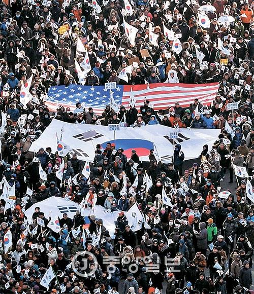 """탄핵 반대 '태극기집회'가 11일 오후 서울 도심에서 열렸다. 서울광장의 태극기집회에서는 """"태블릿PC는 조작됐다""""는 음모론과 함께 """"계엄령을 선포해야 한다""""는 주장이 나왔다. [사진 강정현 기자]"""