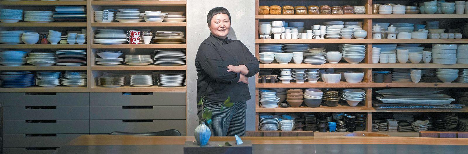 서울 삼성동에 그릇가게 '노영희의 그릇(Roh02)'을 오픈한 노영희 셰프. 그는 오래 전부터 각종 그릇을 모아온 유명한 컬렉터였다. 사진 속 진열장은 그릇가게 건물 6층 푸드 스튜디오에 보관된 그릇 컬렉션.