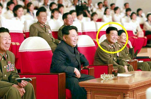 박영식 인민무력상이 2015년 6월 15일 김정은 국무위원장과 함께 모란봉악단 공연을 관람하고 있다. 김정은 오른쪽은 황병서 총정치국장이다. [사진 노동신문]