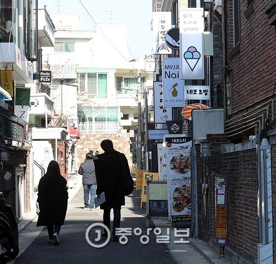 다세대 주택이 밀집한 서울 마포구 연남동 주택가에 가정집을 리모델링해 간판을 단 카페·음식점 등이 들어서 있다. 임대료 인상으로 원주민이 떠나는 '젠트리피케이션'을 겪는 동네 중 한 곳이다. [사진 김경록 기자]