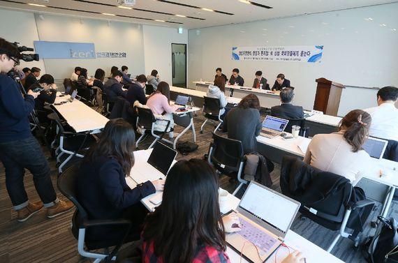 한국경제연구원은 15일 `상법개정안의 쟁점과 문제점: 前 상법 학회장들에게 듣는다` 긴급 좌담회를 개최했다. [사진 한국경제연구원]