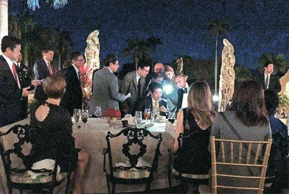 <b>'기밀 보고서' 폰라이트 켜 함께 보고</b>  미 마라라고 리조트에서 열린 트럼프 대통령과 아베 총리의 만찬에 참석한 배우 리처드 디에가지오가 페이스북에 올린 사진들. [리처드 디에가지오 페이스북 캡처]