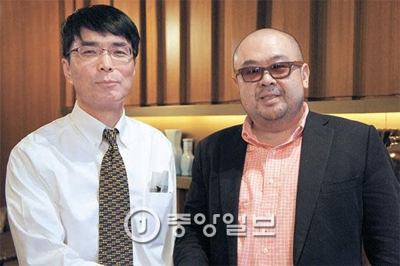 김정남(오른쪽)과 고미 요지 편집위원. [중앙포토]
