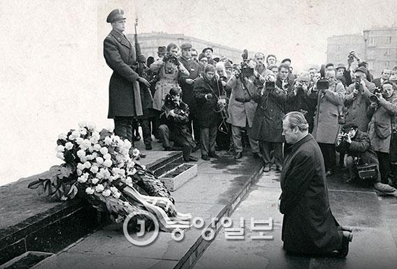 1970년 12월 빌리 브란트 당시 서독 총리는 폴란드 유대인 위령탑 앞에서 무릎을 꿇었다. 그 이후에도 피해자들에 대한 독일인들의 사죄는 계속됐다. [중앙포토]