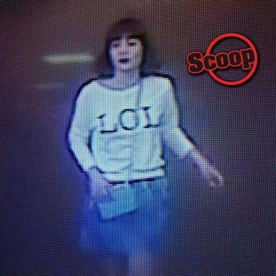 체포된 여성 용의자가 김정남을 쓰러뜨린 뒤 택시를 타고 달아나기 직전의 모습으로 추측되는 장면. [사진 현지 언론 더스타 캡처]