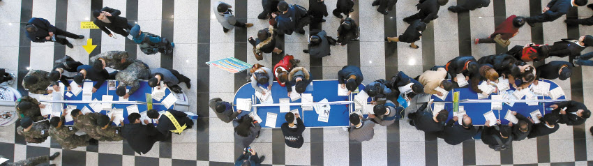 지난해 한 광역시 `잡 페스트벌`에 참여한 구직자들이 이력서를 쓰고 있는 모습. [사진 중앙포토]